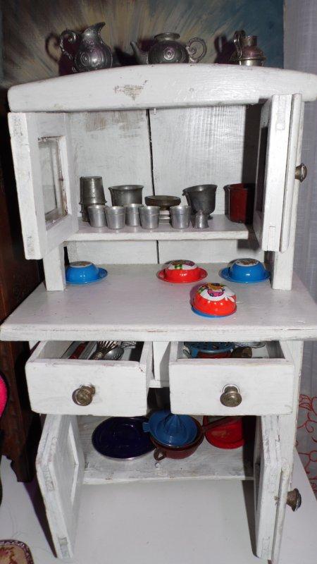 Anciens meubles de poupées qui ravie Brizh 7 ans car il y a la dînette pour son Michel modes et travaux
