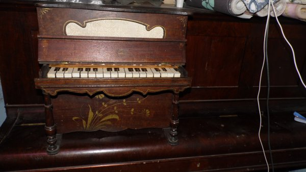 Ancien Piano a dépoussiéré et ciré , il fonctionne encore
