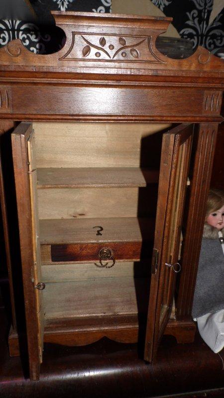 Ancienne armoire de poupée a nettoyé et ciré,