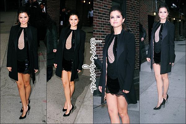. 21/03/13: Selena et sa co-star Vanessa Hudgens ont étaient invitées sur le plateau de  « Chelsea Lately »  Los Angeles . .