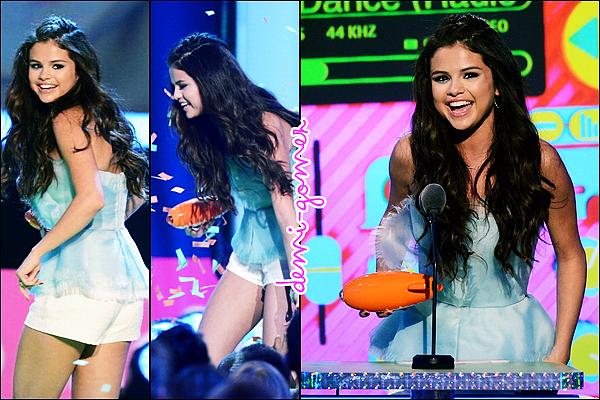 . 23/03/13: Selena était à la 26e cérémonie annuelle des « Kids Choice Awards ».            Elle a reçu l'award de la « Meilleure Actrice de Série TV » pour son rôle dans « Les Sorciers de Waverly Place » !        .