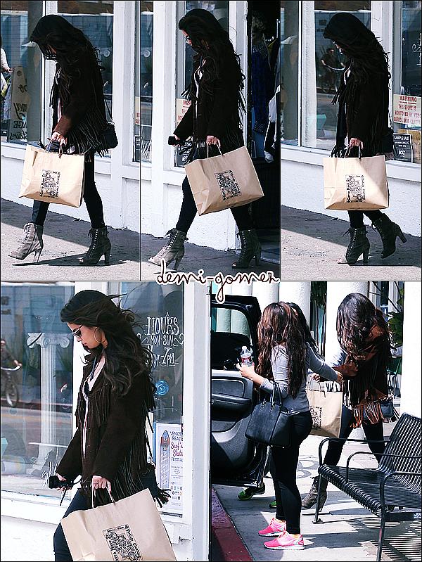 . 26/03/13: Selena a été vue quittant une boutique à Venice, en Californie.             Découvrez les teaser pour « Come And Get It ».        .