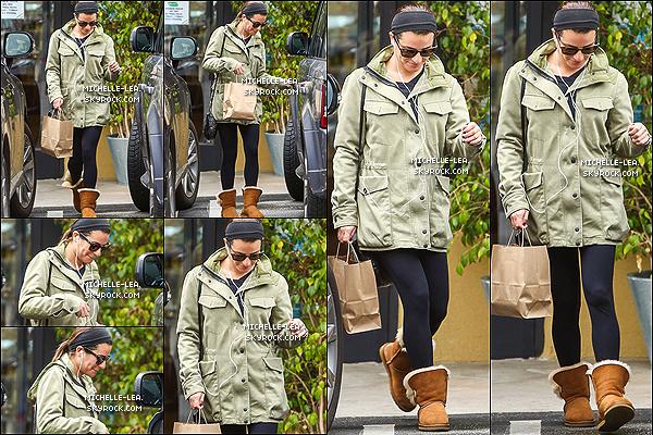 . 01/03/14 : Lea Michele quittant les bras chargés d'un gros sac le Earth Bar à Los.Angeles. .