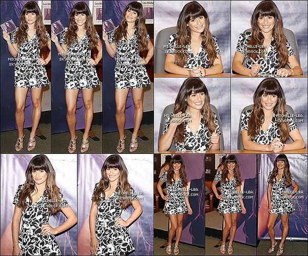 . 08/03/14 :  Lea Michele a été à sa séance de dédicaces de Louder au Groove à  Los Angeles . Lea de retour à  Los Angelesà continuer la promo de Louder. Tenue noire et blanche  Superbe! Ton avis ? .