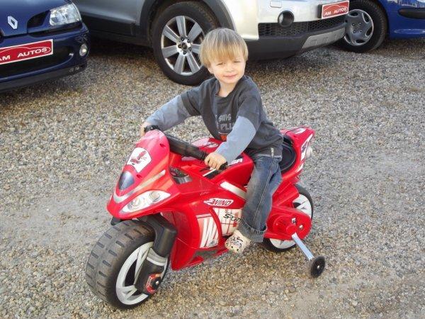lolo sur sa moto