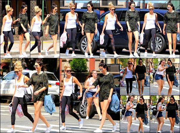 ,  20 juin 2016 : Kendall Jenner et sa copine Hailey Baldwin sont à New-York, elles ont été vue se promennant et faisant les boutiques. Intercepté par plusieurs fans et paparazzis, les filles ne sont pas restés longtemps et son rentré direct. On peut voir que Kend' en a ras le bol des pap's.  ,
