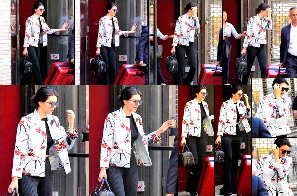 ,  22 juin 2016 : Kendall a été vue devant un immeuble pour partir en direction de l'aéroport JFK à New-York. J'adore son bomber, un top !  Direction Paris pour la belle KJ. Elle s'y rend pour participer à la célèbre Fashion Week, qui présentera les collections de vêtements été / automne 2017. ,