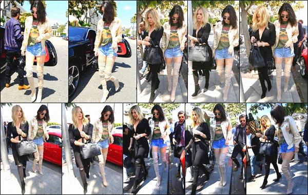 ' 13 juin 2016 : Kendall, sa s½ur Khloe Kardashian et Scott Disick ont été vue arrivant au restaurant « Il Pastaio » dans Beverly Hills. Kendall à décidé de passer du bon temps avec sa famille, malheureusement les paparazzis les ont pas laissés tranquille... Niveau tenue, j'adore, TOP ! '