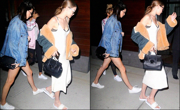 , 20 juin 2016 : Kendall a été vue ce promenant dans les rues de New-York avec ses meilleures copines, Gigi Hadid et Hailey Baldwin.  Pour une sortie entre filles, ont a droit a de jolies tenues de leurs part ! J'aime beaucoup la veste en jean que porte Kendall._'Un top pour la demoiselle ! '