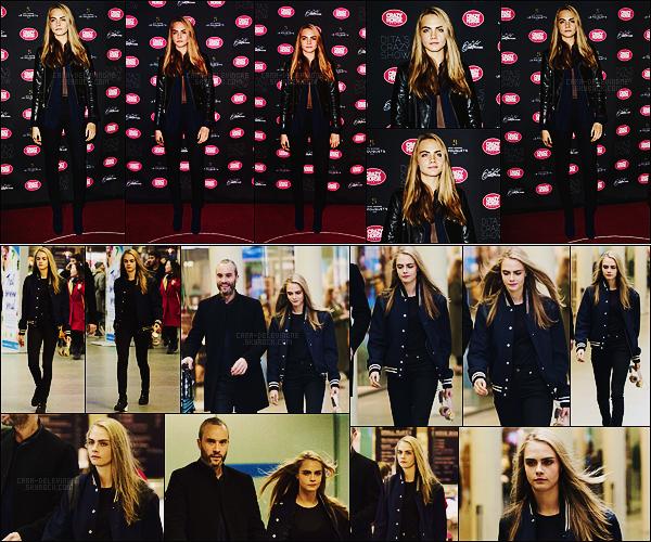 15/03/16 - La miss Cara Delevingne a foulé le tapis rouge du Crazy Show de Dita Von Teese dans Paris.  Le 12/03, nous avions retrouver notre actrice Cara D. alors qu'elle arrivait à la gare St Pancras, à Londres. Un joli top pour cette tenue