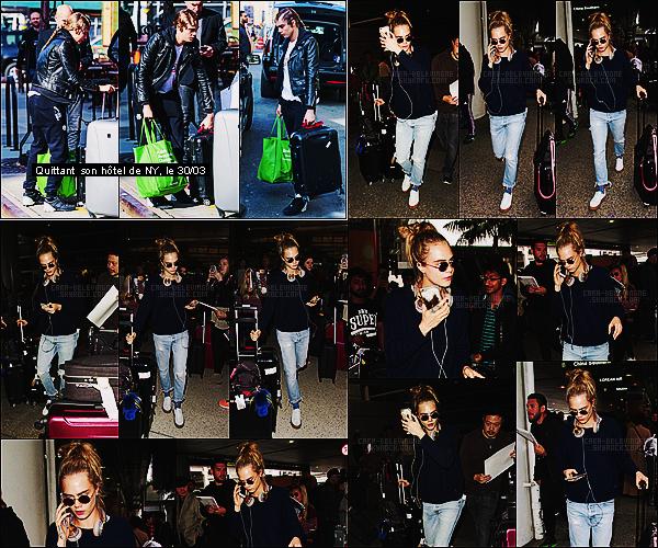 08/04/16 - Cara Delevingne a été aperçue à son arrivée à l'aéroport international LAX de Los Angeles.  Cara n'arrête pas les aller-retours, elle doit être épuisée. Elle nous a sorti les chaussettes fantaisies, on ne peut oublier sa personnalité, top.