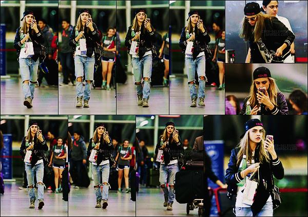 16/06/16 - La jolie Cara Delevingne a été photographiée à l'aéroport new-yorkais JFK - aux Etats-Unis.  Tenue très baba cool pour Cara et des grimaces au rendez-vous. J'aime bien son jean boyfriend déchiré pour le reste ça reste très bofbof