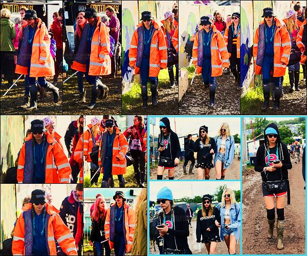 24/06/16 - L'anglaise Cara Delevingne s'est rendue au fameux festival de Glastonbury - en Angleterre.  Cara y est aussi retournée le lendemain avec ses copines Lily Donaldson et Suki Waterhouse. On lui pardonne ses tenues c'était sale ..