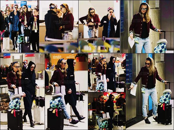 20/02/16 - Cara Delevingne et sa copine St Vincent ont été vues à l'aéroport Charles de Gaulle , -Paris.  Une semaine après soit le 18/02, Cara, accompagnée de St Vincent, a été vue à son retour à Paris. Elle portait à peu près la même tenue.