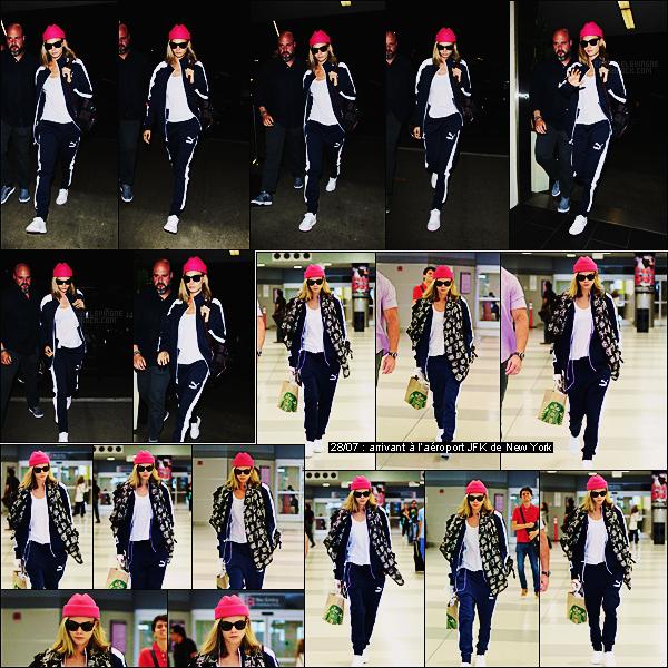 27/07/16 - Cara Delevingne a été photographiée à l'aéroport LAX de Los Angeles - direction New York.  Cara se rend à New York pour la futur promotion de Suicide Squad. Tenue décontractée, on peut pas dire que ça soit vilain sur elle, top