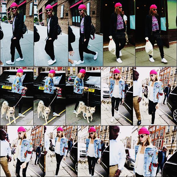 02/08/16 - Cara Delevingne quittait son hôtel ,accompagnée de Margot Robbie, - dans New York City.  Le lendemain, Cara avait été vue arrivant à l'hôtel Claridges situé dans Londres avec son chien Léo. Côté tenue, ça sera un beau top !