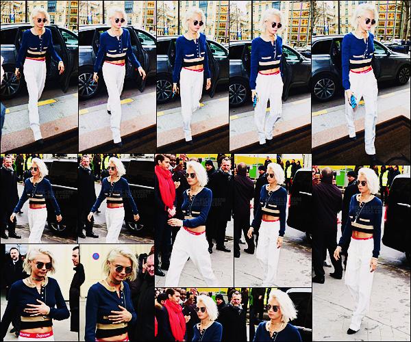 07/03/17 - Cara Delevingne a été aperçue arrivant au défilé Chanel durant la Fashion Week de Paris, FR.  C'était une évidence même de trouver Cara au défilé. Concernant cette tenue, je ne sais pas vraiment quoi en dire... Qu'en pensez-vous ?