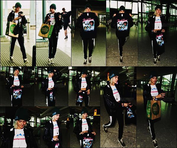 12/03/17 - Cara Delevingne a été aperçue arrivant à l'aéroport Heathrow à Londres pour aller aux E-U.  Cara D semble ne plus faire la tête et est contente de nous montrer le tee-shirt qu'elle vient peut-être d'acheter. Vraiment trop mignonne