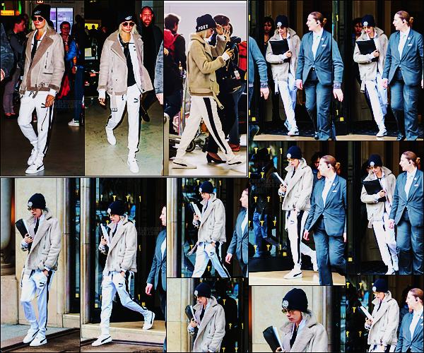 20/03/17 - Cara Delevingne a été photographiée arrivant à l'aéroport Charles de Gaulle situé - à Paris.  Plus tard dans la journée, Cara a été aperçue quittant son hôtel parisien. Elle portait la même tenue, ça sera un beau gros flop cette fois !