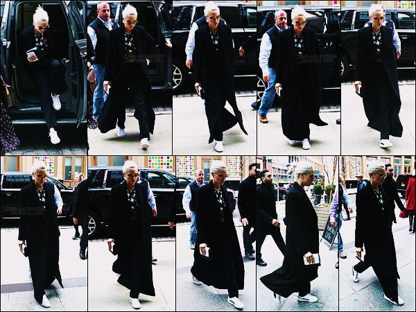 29/03/17 - L'actrice et mannequin Cara Delevingne a été aperçue rentrant à son hôtel de New York City.  La jolie tête blonde de Cara a encore apparue, c'est tout les jours en ce moment, on est conquis ! Côté tenue, on ne voit pas grand chose.