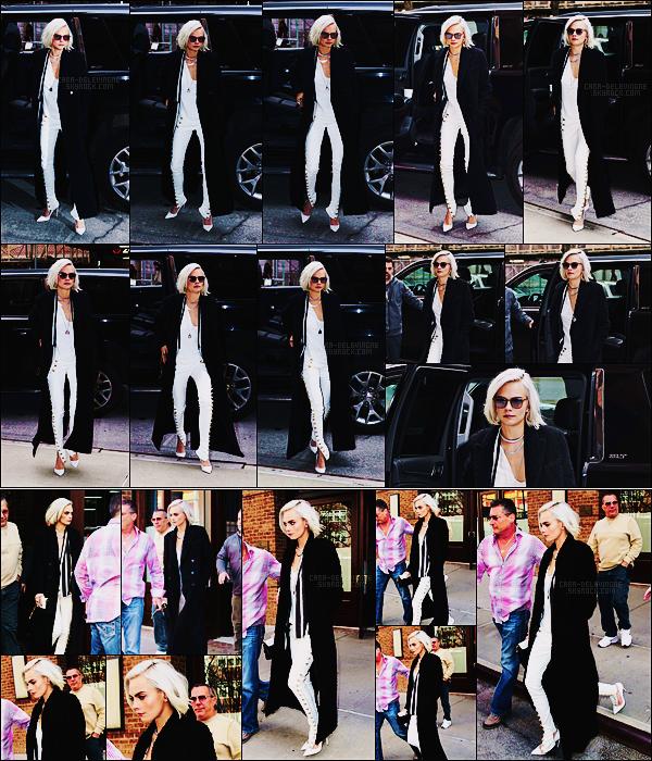 30/03/17 - Cara Delevingne a été photographiée arrivant et quittant son hôtel situé à Tribeca, - dans N-Y.  Cara portait un haut blanc et un jean en cuir blanc lui aussi accordé avec, bien sur je vous laisse deviner, les escarpins blancs. Un joli top.