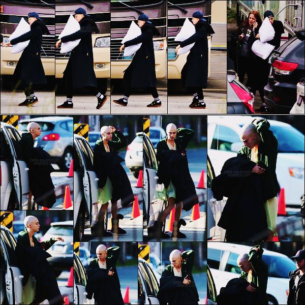 21/04/17 - L'actrice Cara Delevingne sur le set de son nouveau film Life in a year à Toronto, - Canada.  Le 24/04, Cara était sur le set. Crane rasée, elle joue donc une cancéreuse, ses cheveux ont donc été coupés avant même les scènes.