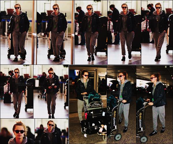 14/10/15 - La belle Cara Delevingne était à l'aéroport  Heathrow pour quitter la capitale de Londres, UK. Le lendemain, elle a été photographiée arrivant à l'aéroport LAX de Los Angeles.Elle portait la même tenue négligée, ça sera un gros bof