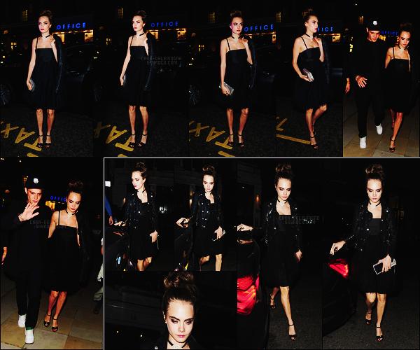 13/10/15 - Cara Delevingne quittant la soirée Chanel qui avait lieu aux galeries Saatchi, -dans Londres. Plus tard, Cara a été photographiée rentrant à son hôtel situé à Londres. J'aime bien cette tenue, elle la porte bien, elle était toute jolie, top