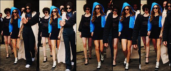 06/10/15 - Cara Delevingne a été photographiée quittant le défilé Chanel durant la Fashion Week à Paris. Cara D. était une nouvelle fois accompagnée d'Annie. Pour la tenue choisie, j'aime beaucoup le contraste bleu / noir, c'est un top pour moi.