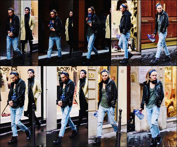 03/02/16 - Cara Delevingne et sa copine St Vincent ont été photographiées dans les rues de Paris, - FR.  Tenue très masculine pour Cara et toujours avec son accessoire du moment, le bandana !  Je lui donnerai un petit top, qu'en pensez-vous?