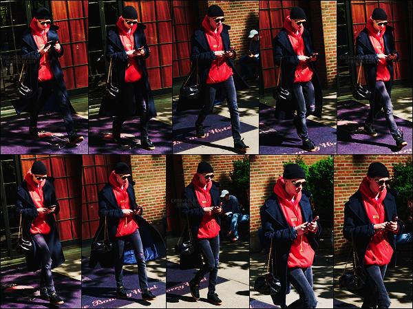 02/05/17 - Dans la journée, Cara Delevingne a été photographiée sortant de son hôtel dans New York.  C. enchaîne les sorties pour notre plus grand plaisir du moins pour le mien. Côté tenue je n'aime pas trop les lunettes malheureusement.