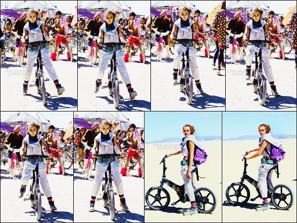 07/09/15 - Notre Cara Delevingne a pris du bon temps au festival Burning Man organisé dans le Nevada Ce festival est avant tout artistique et se déroule tout les ans dans le désert de Black Rock. Alors que pensez-vous du déguisement de C-D?