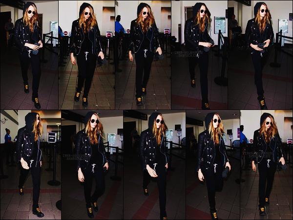 28/08/15 - Cara Delevingne a été photographiée arrivant à l'aéroport international LAX de Los Angeles. Cara ne semblait pas vraiment d'humeur et assez pressée ce jour-là. Côté tenue, je n'ai trop rien à dire, c'est dans son style, ça reste top