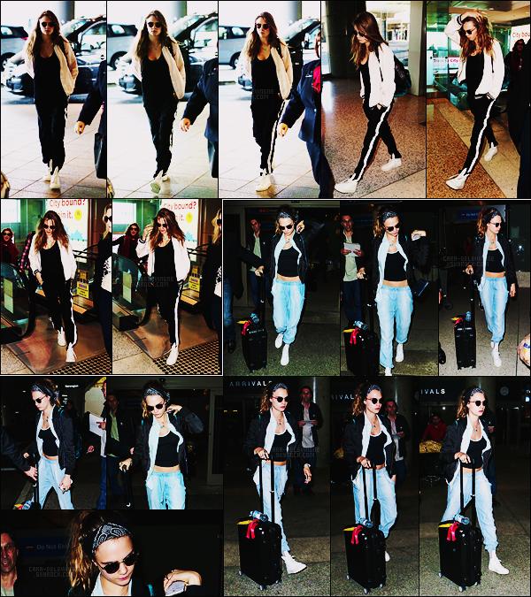 06/07/15 - Cara Delevingne a été aperçue quittant la ville de Sydney par l'aéroport, direction L-Angeles. Plus tard, elle a été accueillis à son arrivée à Los Angeles par les photographes. Entre temps Cara a donc changé de tenue, top ou flop ?
