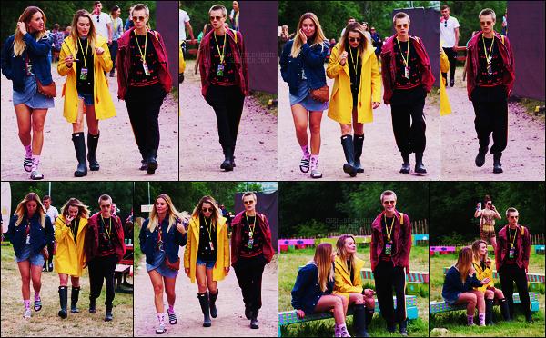 23/06/17 - Cara Delevingne accompagnée de son amie Margot Robbie au festival de Glastonbury, UK.  Le tournage de Life in a Year semble être terminé, aucune confirmation cependant. De retour avec son acolyte de Suicide Squad, top ?