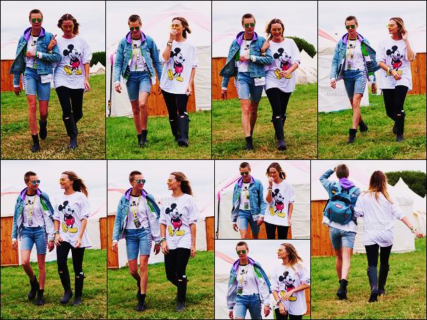 24/06/17 - Cara Delevingne accompagnée de la belle Margot Robbie au festival de Glastonbury, - UK.  Cara était donc au premier et au deuxième jour du festival.Côté tenue, je n'aime pas du tout, c'est quoi ce short ? Je trouve ça hyper laid..