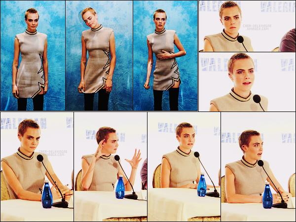 30/06/17 - Cara Delevingne était présente à une conférence de presse pour Valérian à Los Angeles, CA.  Valérian sort maintenant dans moins d'un mois, la promo du film commence.. Elle portait une robe signée par  Thierry Mugler, un top?
