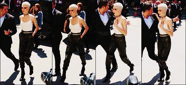 04/07/17 - La sublime Cara Delevingne a été reperée arrivant au défilé Chanel  se situant dans Paris, FR.  Que de sorties pour Cara. Matière assez spéciale pour le pantalon mais j'aime bien le look total, plutôt bien choisi, un top, et pour vous?