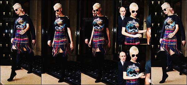05/07/17 - Cara Delevingne a été vue quittant son hôtel le Goerge V situé dans la capitale française, Paris Je n'aime pas trop la tenue de Cara Delevingne qui est assez bizarre. La jupe me fait penser à un quilt écossais, vraiment très bof tout ça.