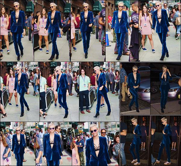 20/07/17 - Cara Delevingne a été vue arrivant sur la plateau de l'émission The Late Show situé dans N-Y. Plus tard dans la soirée, Cara a été vue revenant à son hôtel de New York puis en ressortant avec des baskets. Côté tenue,  top ou flop?