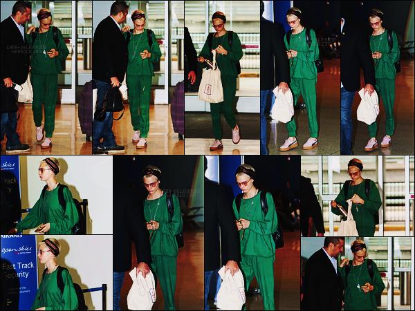 22/07/17 - Cara Delevingne a été repérée quittant les Etats-Unis par l'aéroport JFK situé à New York City. Cara portait une tenue qu'elle avait déjà portait en Octobre 2016 lors de sa phase de recule par rapport aux médias à cause de sa rupture.