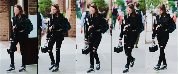 12/06/15 - Cara Delevingne a été répérée réalisant un photoshoot dans les rues de Tribeca, dans N-Y-C. La même journée, elle était de sortie dans les rues de New York. J'aime bien les deux tenues de Cara, donc deux tops pour la belle !