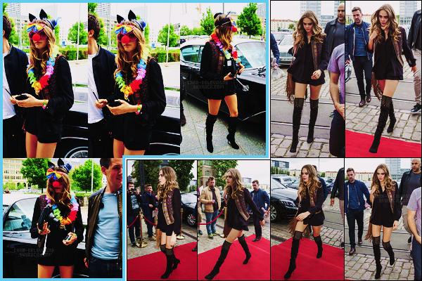 16/06/15 - La jolie Cara Delevingne, drôlement déguisée, a été photographiée arrivant à son hôtel, Berlin. Plus tard, elle a été vue arrivant au Fernsehwerft, un bâtiment médiatique, à Berlin. Elle portait la même tenue, j'aime beaucoup, top