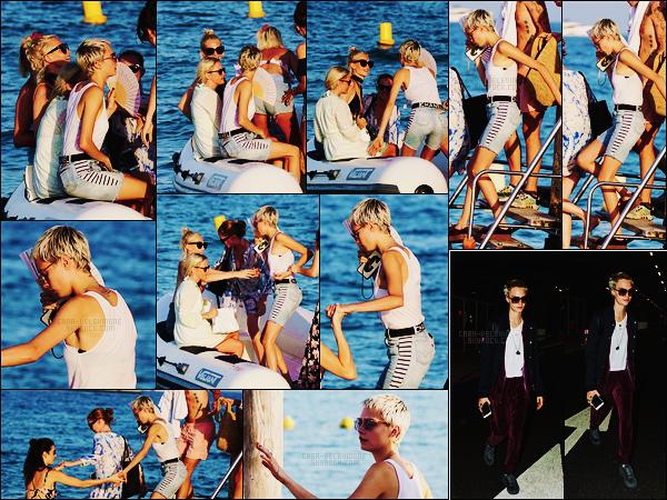 26/08/17 - De nouveau, la sublime Cara Delevingne a été aperçue en vacances mais à  St Tropez cette fois.  Toute la tribu a changé de lieu de vacances pour opter pour le sud de la France. Le 21/08, Cara était à l'éaroport Heathrow de Londres.