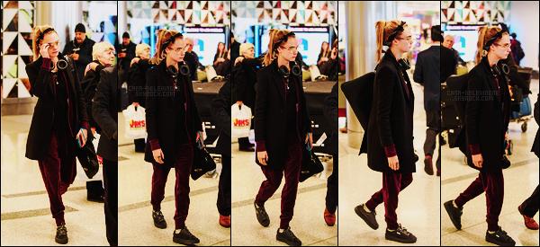 18/01/17 - Cara Delevingne a été photographiée alors qu'elle était à l'aéroport LAX de Los Angeles, -CA.  Enfin des nouvelles de notre belle Cara, j'adore son bandana, elle est trop mignonne quand elle en porte ! Côté tenue, c'est un petit top