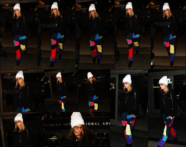 12/12/16 - Cara Delevingne a été photographiée alors qu'elle arrivait à l'aéroport LAX de Los Angeles, CA.  Tenue décontractée pour la jeune anglaise mais qui fait un peu clown si je peux dire.. J'adore sa bouille avec les lunettes, pour ça, un top