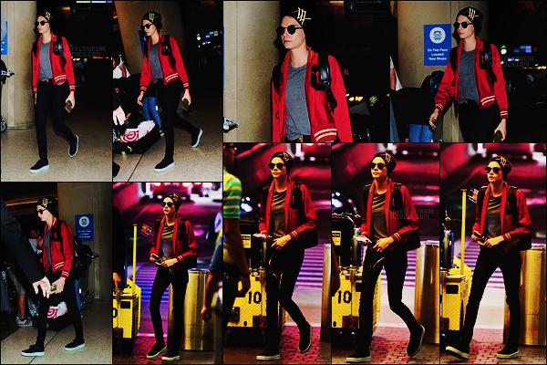 14/09/17 - Cara Delevingne, cachée derrière ses lunettes, a été repérée à l'aéroport LAX de Los Angeles.  Retour à LA pour Cara mais pour combien de temps ? Je pariais qu'elle va bientôt se diriger à Londres pour le show Burberry du 16/09.