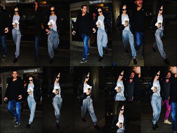 20/09/17 - Notre Cara Delevingne a été aperçue de retour à Los Angeles par l'aéroport international  LAX. Court passage à Londres donc, et retour dans la grande ville de LA en jogging comme d'hab. J'attribue un bof à la tenue sans surprise !