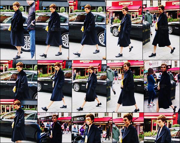 04/10/17 - Cara Delevingne a été aperçue arrivant à son interview de Capital FM dans la ville de Londres. On ne voit pas trop la tenue de Cara devenue brune pour cette sortie à cause de son long manteau, je n'ai donc aucun avis pour celle-ci.