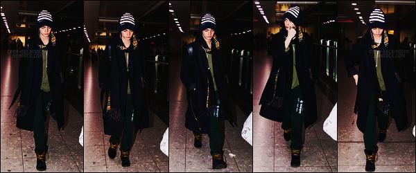 17/11/17 - Cara Delevingne a été photographiée alors qu'elle se trouvait à l'aéroport  Heathrow, Londres. Pas tellement de photos.., Cara D. était habillée n'importe comment, ce qui ne m'étonne pas, elle est au naturel et on l'aime comme ça !